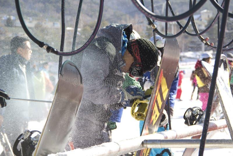 Surfeurs nettoyant des surfs des neiges photographie stock libre de droits