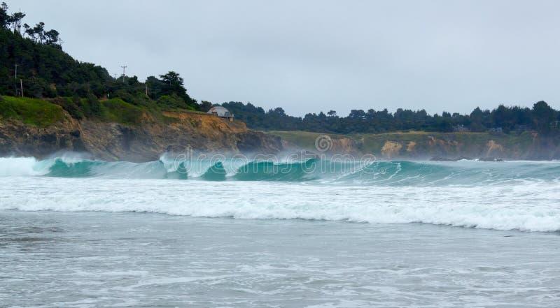 Surfez à la bouche de la grande rivière dans le comté de Mendocino, la Californie, Etats-Unis. images libres de droits