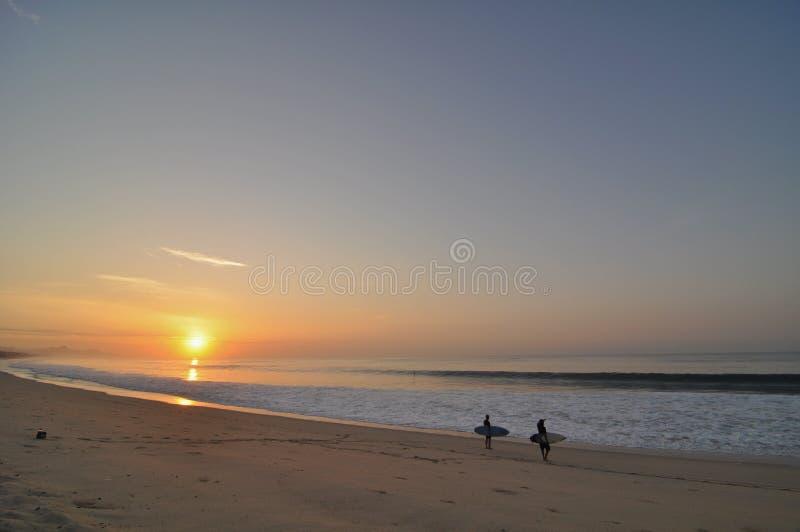Surfig am Sonnenaufgang im cabo lizenzfreie stockfotos