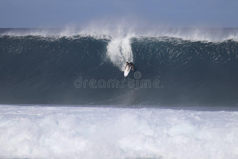 surfing duży fala zdjęcia stock