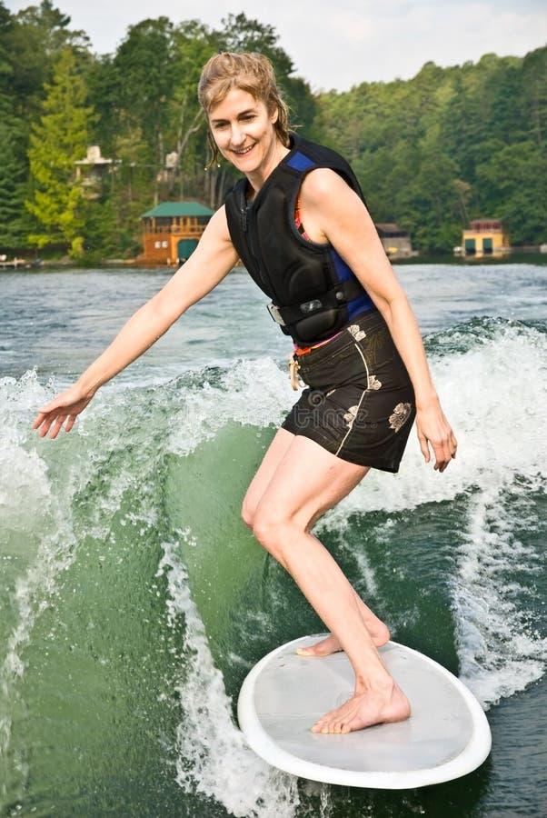 surfing jeziorna kobieta obrazy royalty free