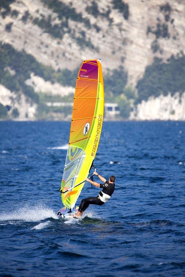Download Surfing Lago Di Garda, Italien Redaktionell Bild - Bild av vindsurfa, surfingbräda: 78731716