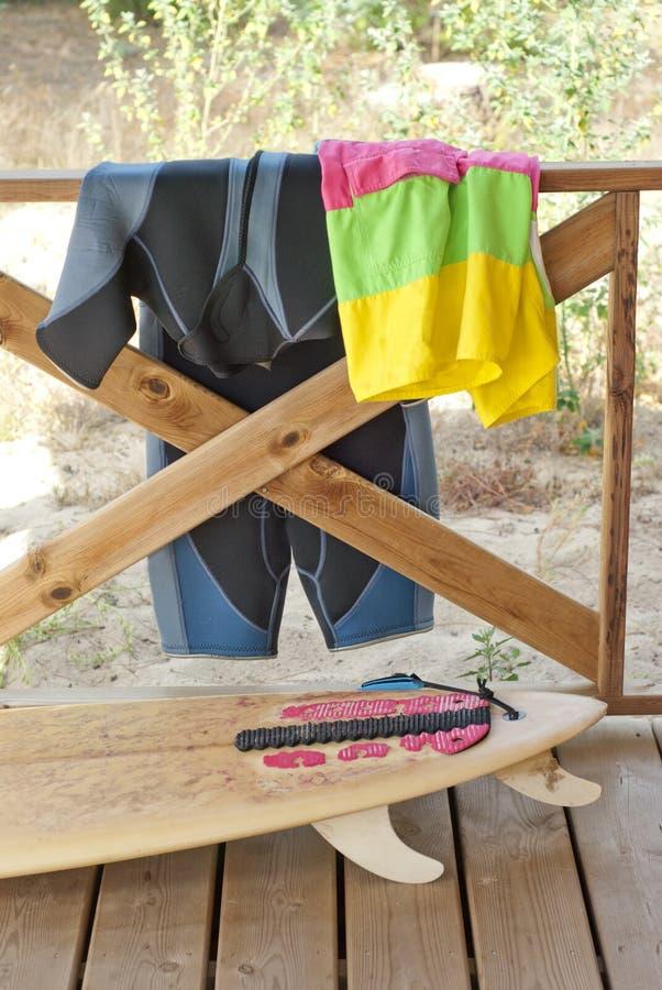 Surfingbräda och utrustning på balkong av huset arkivfoton