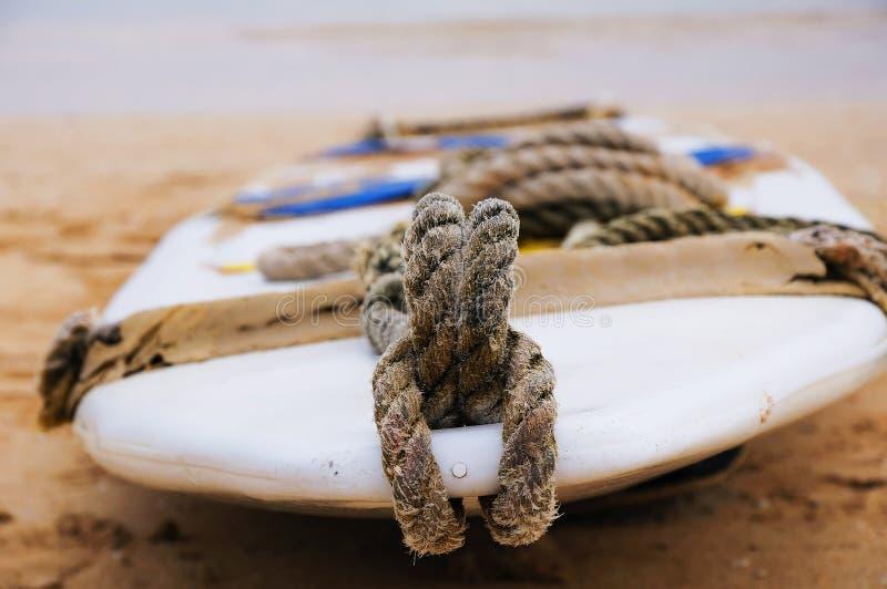 Surfingbräda på sanden arkivfoto