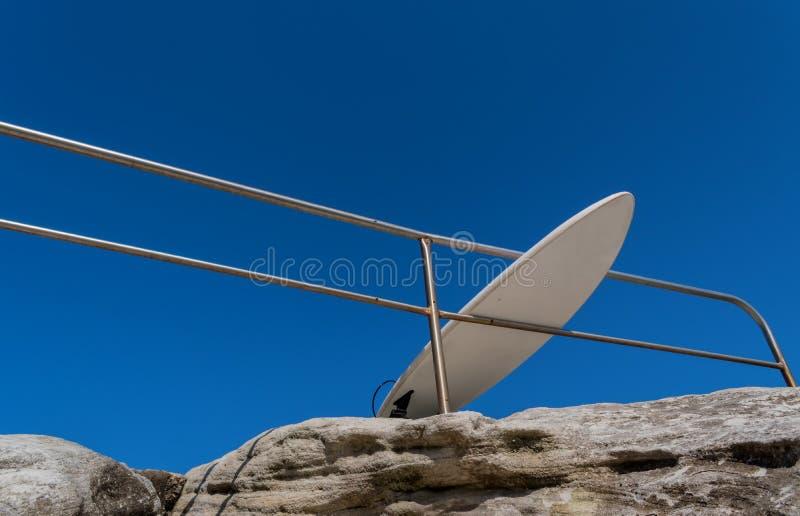 Surfingbrädan lutar på staketet royaltyfria bilder