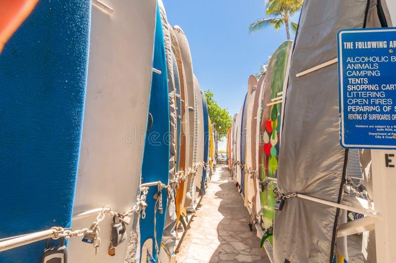 Surfingbrädor på den Waikiki stranden, Hawaii royaltyfri bild