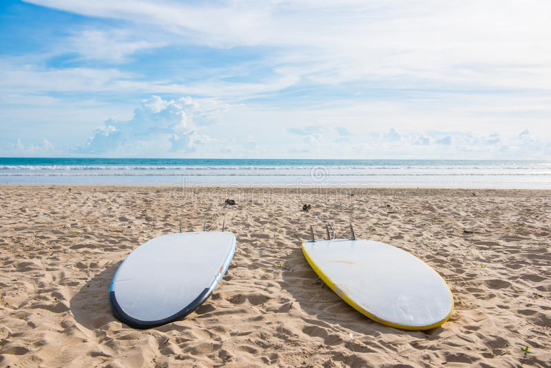 Surfingbrädor på sand på stranden arkivfoton