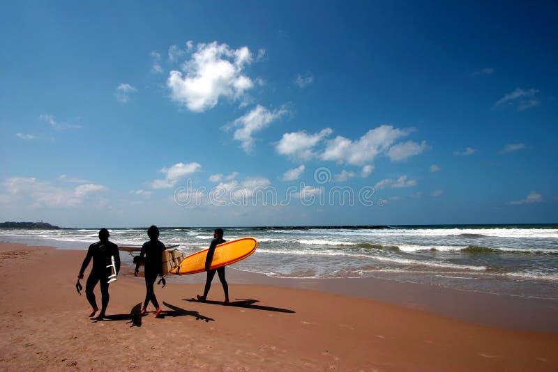 surfingowów chodzić na plaży obraz royalty free