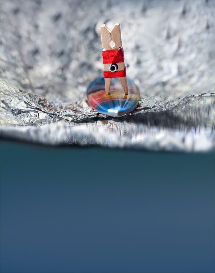 Surfingowa clothespin dziewczyna w czerwonym bikini na fala obrazy royalty free