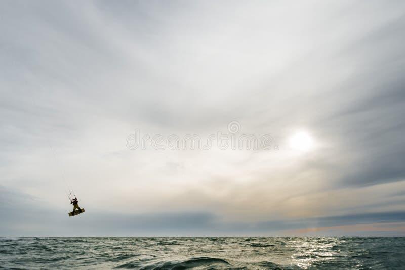 Surfingowa doskakiwanie przy zmierzchem zdjęcia royalty free