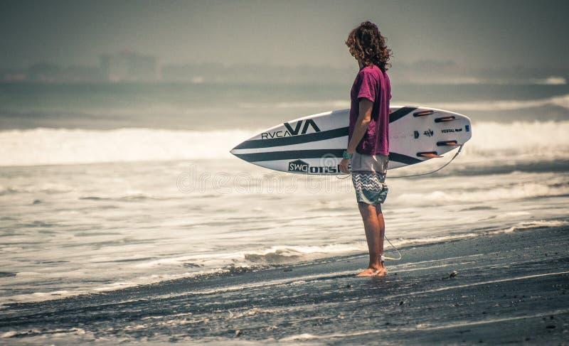 Surfingowa stojak na plaży z deskowym rvca fotografia royalty free