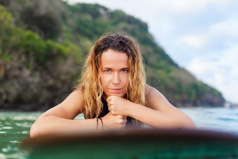 Surfingowiec dziewczyna na surfboard zabawę przed surfować obraz royalty free