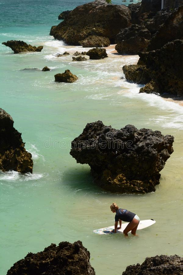 Surfingowiec dziewczyna przy Bingin plażą Pecatu bali Indonezja zdjęcie royalty free
