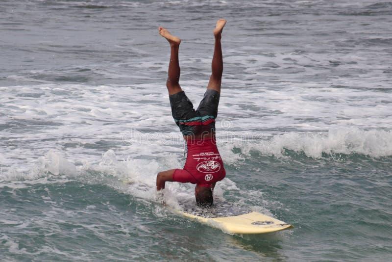 Surfingowiec głowy stojak obraz stock