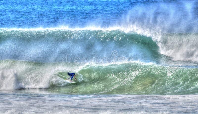Surfingowiec jazdy fala fotografia royalty free