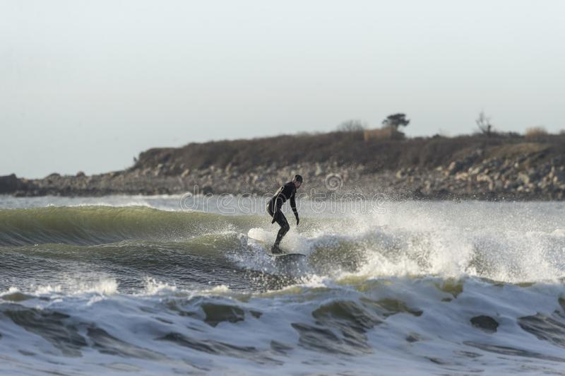 Surfingowiec macha skalistą plażę obrazy royalty free