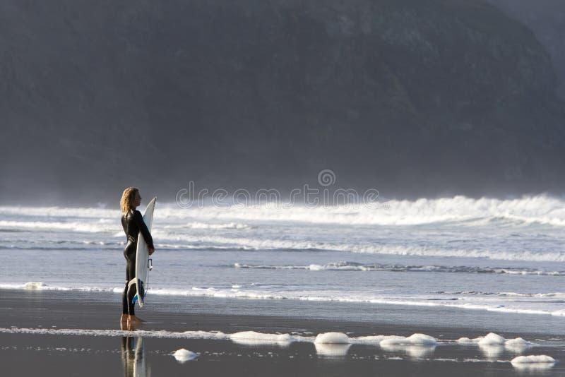 Surfingowiec oglądający macha od plaży obraz royalty free