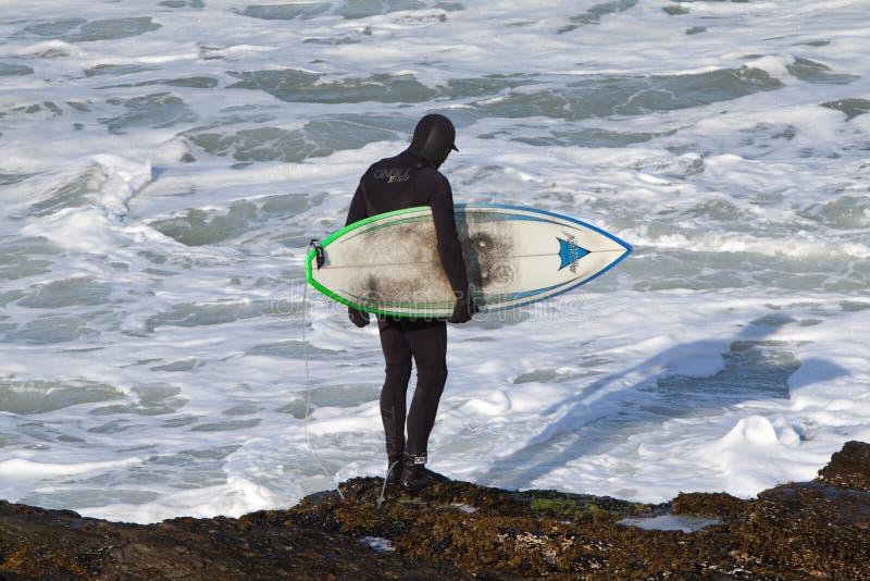 Surfingowiec Patrzeje wodę obrazy royalty free