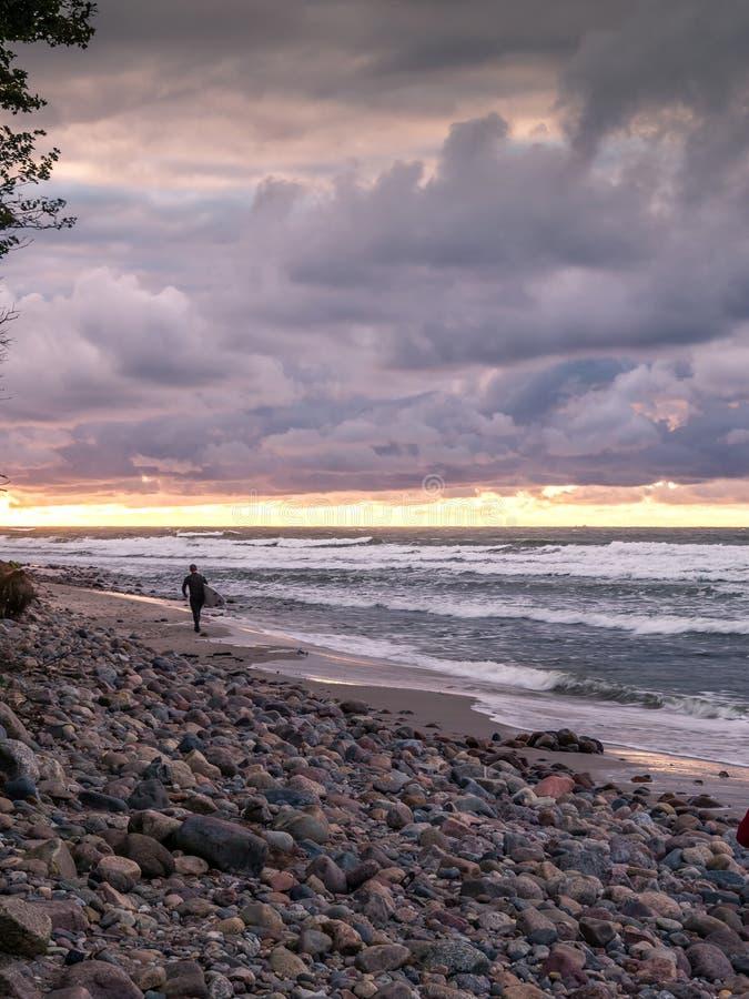 Surfingowiec przy plażą fotografia royalty free