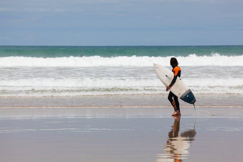 Surfingowiec przy plażą w Torquay, Australia fotografia stock