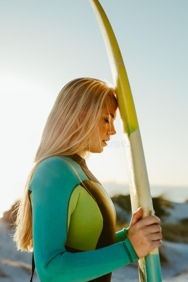 Surfingowiec relaksuje przy pla?? fotografia stock