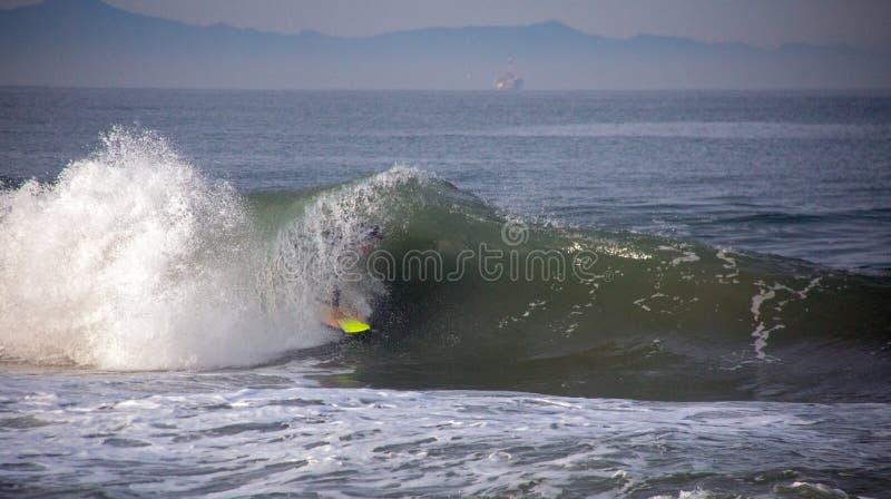 Surfingowiec rurował w fali przy sandbar dokąd Santa Clara rzeka opróżnia w ocean spokojnego w Ventura Kalifornia usa obrazy royalty free