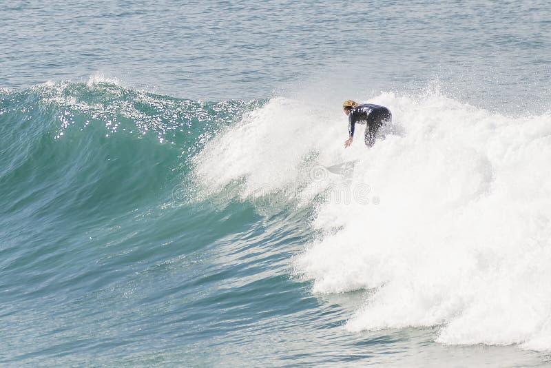 Surfingowiec w akcji wśród fal morze wzdłuż Wielkiej ocean drogi, Australia zdjęcia royalty free