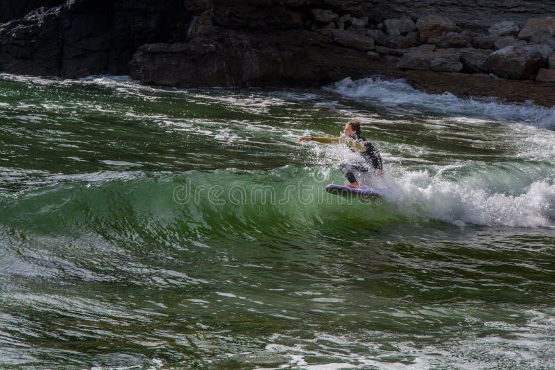 Surfingowiec w Ribeira De Ilhas Wyrzucać na brzeg w Ericeira Portugalia zdjęcia stock
