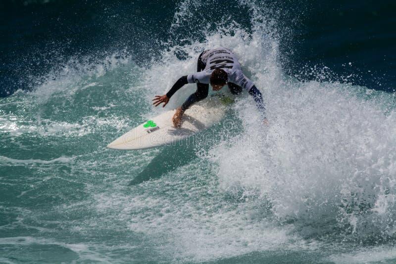 Surfingowiec w Ribeira De Ilhas Wyrzucać na brzeg w Ericeira Portugalia fotografia stock
