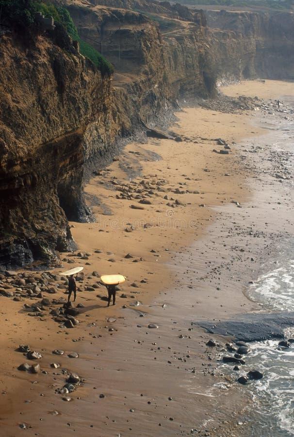 Surfingowowie chodzi na piaskach kalifornijczyk Wyrzucać na brzeg fotografia royalty free