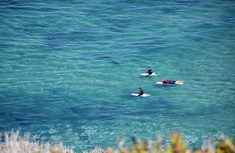 Surfingowowie czeka fala z Dana pasemka plaży w Dana punkcie, Kalifornia fotografia stock