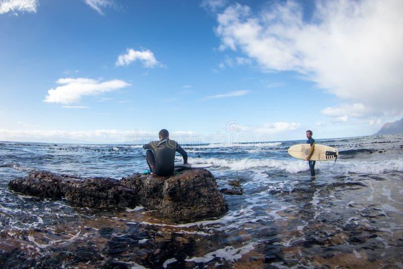 Surfingowowie czeka paddle out surfować fala siedzą na dennym brzeg obraz royalty free