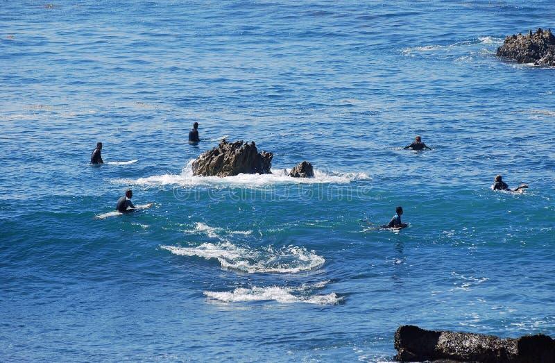 Surfingowowie czekający fala Kołysają stos plażę fotografia stock