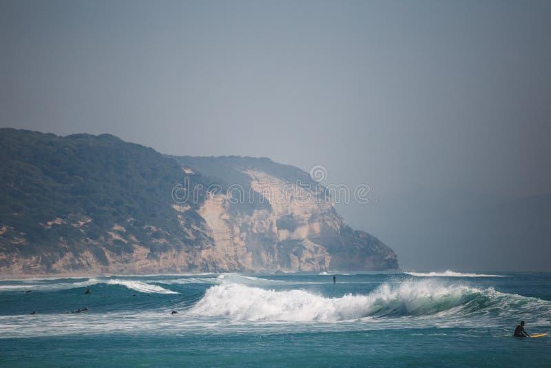 Surfingowowie na morzu z falami zdjęcia stock