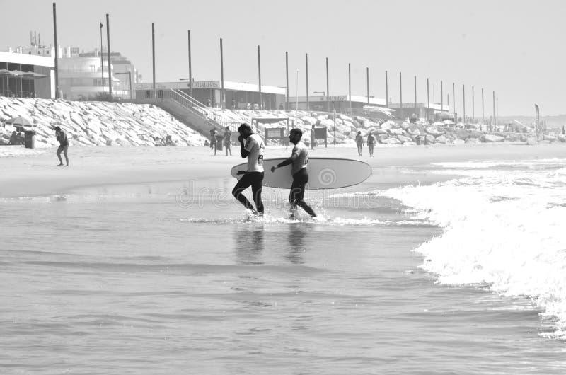 Surfingowowie na plaży, Walencja, Hiszpania obrazy stock