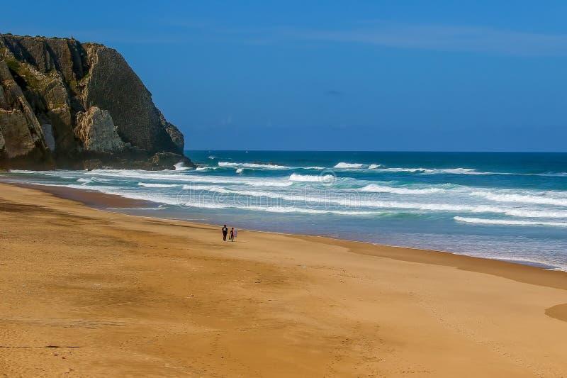 Surfingowowie na Ursa plaży, Portugalia - westernmost punkt stały ląd Europa zdjęcie stock