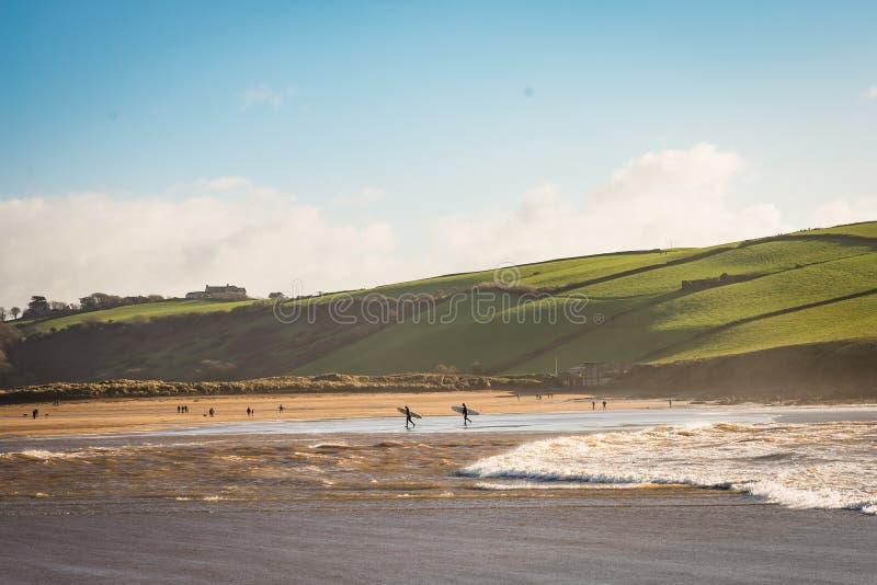Surfingowowie opuszcza wodę na zima dniu obraz royalty free