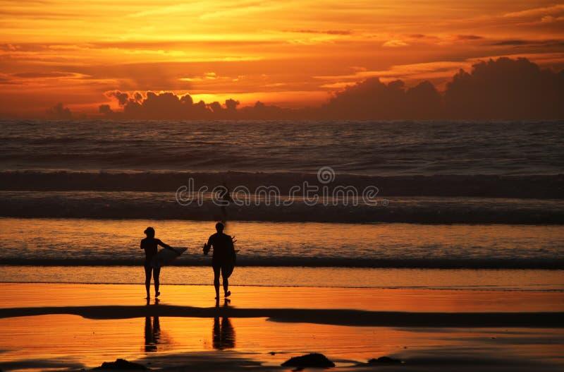Surfingowowie pod zmierzchem zdjęcie royalty free
