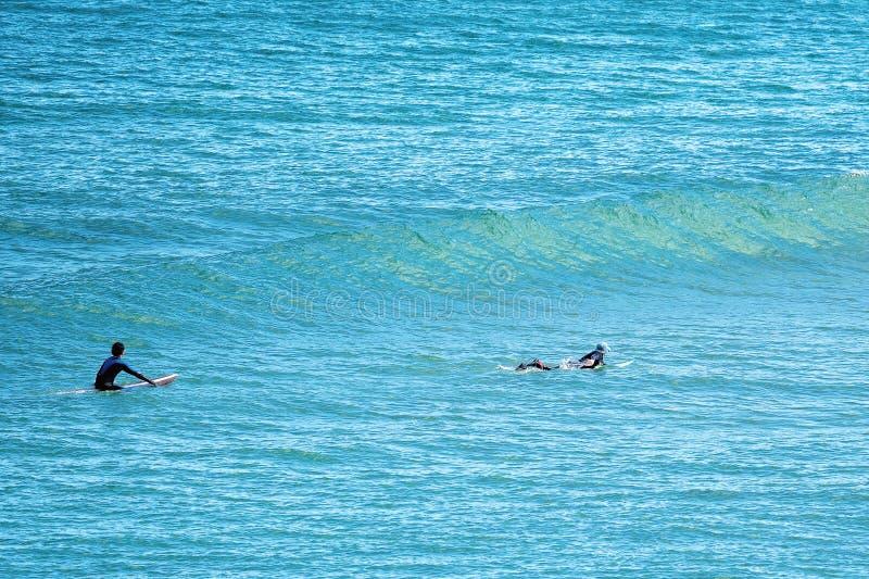 Surfingowowie Przy Logan Plażowym Australia fotografia stock