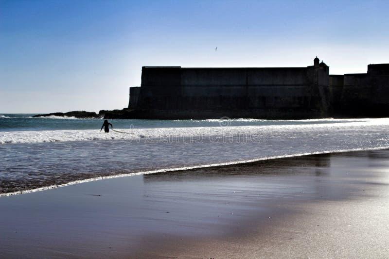 Surfingowowie w Praia da Torre w Lisbon obrazy royalty free
