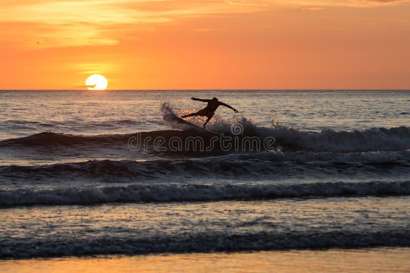 Surfingowowie w zmierzchu przy Playa negr, Costa Rica zdjęcia stock