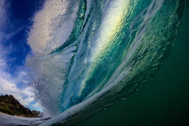Surfingu oceanu fala w baryłce obraz royalty free