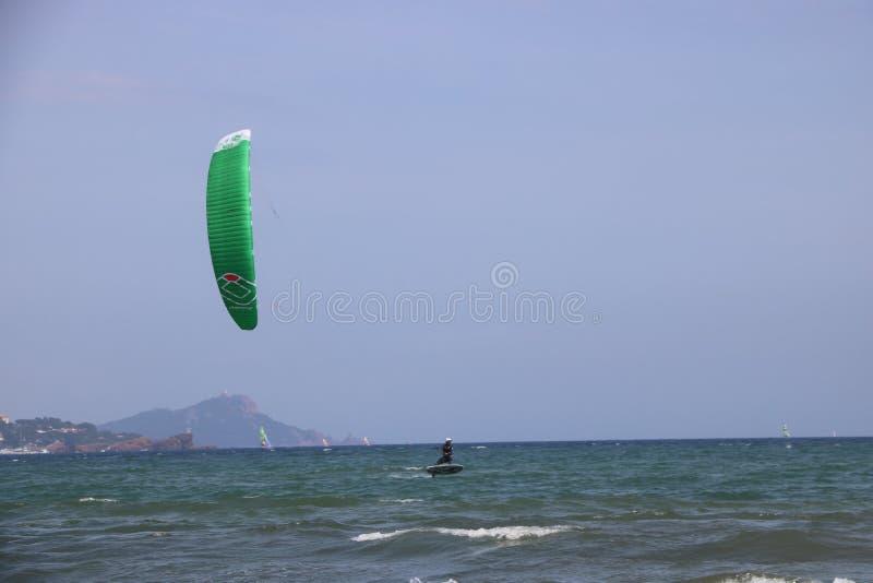 Surfist i franska Riviera Frankrike arkivbilder