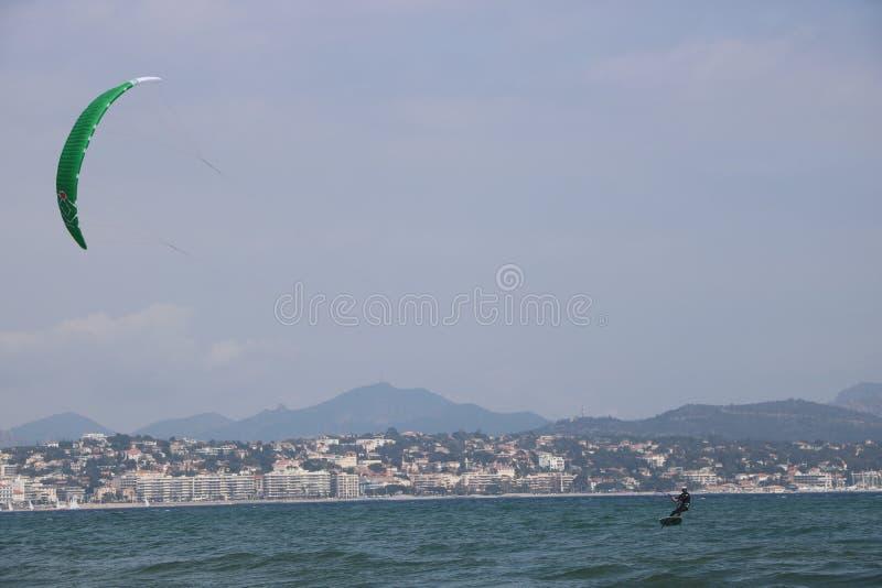 Surfist i franska Riviera Frankrike royaltyfria bilder