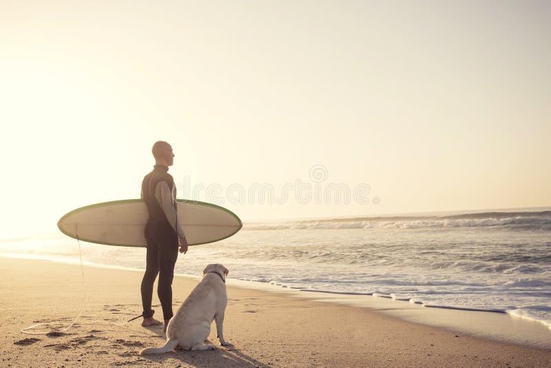 Surfist och hans hund arkivfoto