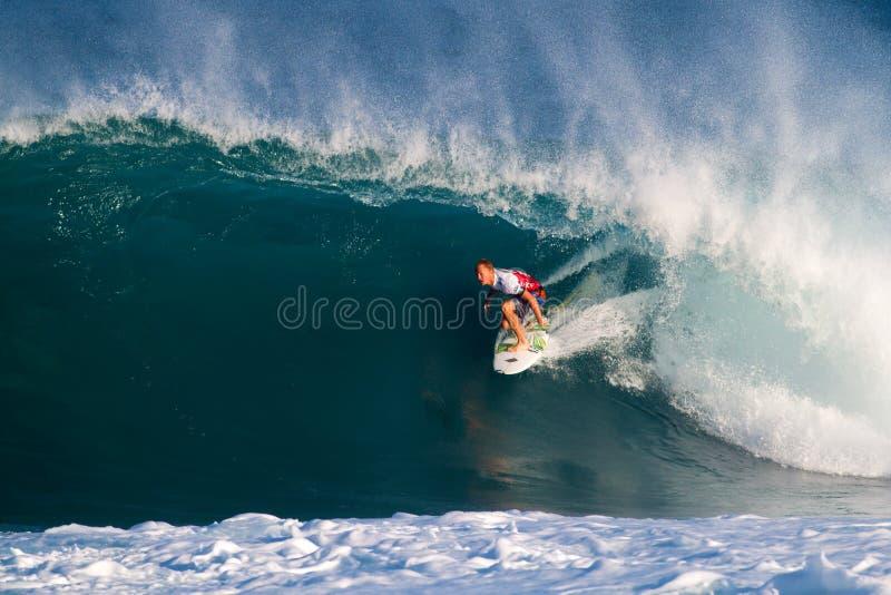 Surfista Adam che mescola praticando il surfing i supervisori della conduttura fotografie stock