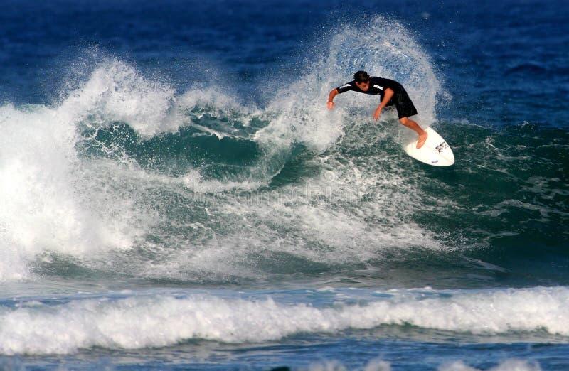 Surfista adolescente na competição surfando fotos de stock royalty free