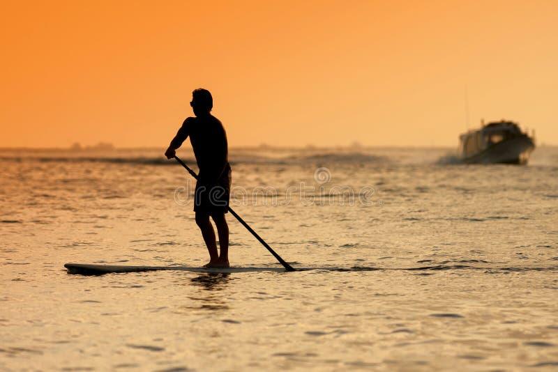 Surfista al tramonto Tme immagine stock