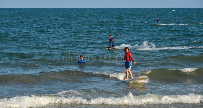 Surfista allegro del principiante della giovane donna fotografia stock libera da diritti
