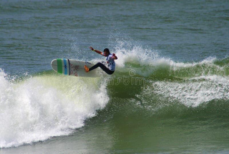 Surfista Antoine Delpero che pratica il surfing in Anglet, Francia immagine stock libera da diritti